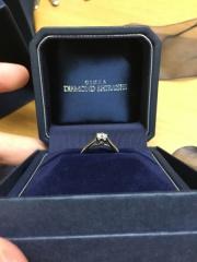 【銀座ダイヤモンドシライシの口コミ】 結婚指輪との重ねづけをかんがえたためシンプルなデザインの物を選びまし…