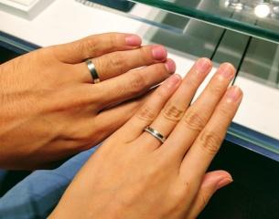 【銀座ダイヤモンドシライシの口コミ】 シンプルなデザインよりも少し特徴がある指輪を探していましたが、こちら…