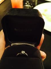 【ティファニー(Tiffany & Co.)の口コミ】 婚約指輪は、輝く重視で選んだようです。 実際輝きは、本当に一目置きます…