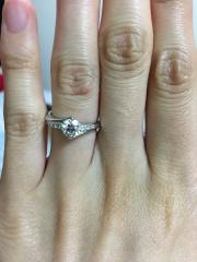 【エクセルコダイヤモンド(EXELCO DIAMOND)の口コミ】 店頭にあるデザインを参考に自分でデザインしました。 ダイアモンドを抑え…