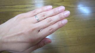 【銀座ダイヤモンドシライシの口コミ】 ほんの少しV字になっているので、他のデザインに比べ、指が長くきれいに見…