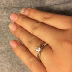 【エクセルコダイヤモンド(EXELCO DIAMOND)の口コミ】 真横からダイヤの先端まで見えるリングのデザインに一目惚れしました。ツ…