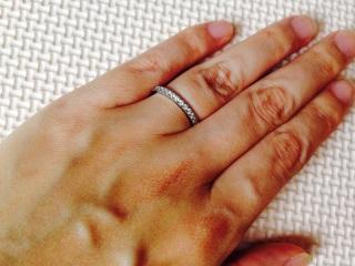 【ティファニー(Tiffany & Co.)の口コミ】 結婚指輪と重ねづけをすることができるような華奢だが、豪華に見えるデザ…