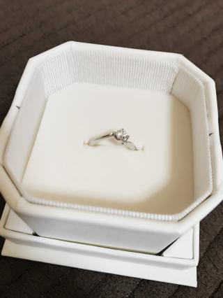 【4℃(ヨンドシー)の口コミ】 主人が選んできてくれた指輪です。シンプルで普段使いができるようなデザ…