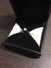 【エクセルコダイヤモンド(EXELCO DIAMOND)の口コミ】 下から光が入りダイヤモンドがきれいに見えること、また結婚指輪と重ねて…