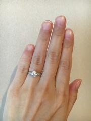 【ハリー・ウィンストン(Harry Winston)の口コミ】 婚約指輪ということでオーソドックスな一粒ダイヤをみて回りましたが、も…