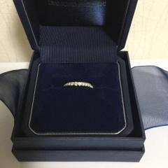 【銀座ダイヤモンドシライシの口コミ】 ストレートですがななめにダイヤモンドが半面敷き詰められていて 7色に輝…