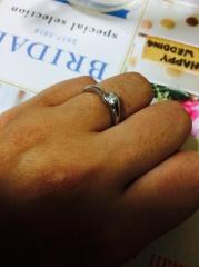 【銀座ダイヤモンドシライシの口コミ】 立て爪だと引っ掛けそうだし結婚指輪と重ねて付けたいから邪魔になりそう…