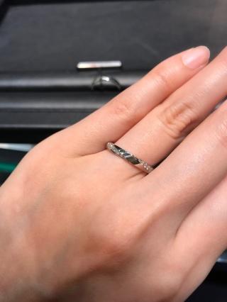 【ラザール ダイヤモンド(LAZARE DIAMOND)の口コミ】 変わったデザインで、ストレートなのにウェーブっぽいデザインが入っており…