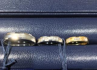 【ROYAL ASSCHER(ロイヤル・アッシャー)の口コミ】 女性のリングには6つのメレダイヤが施されていて、2個ずつ絶妙な距離感に…