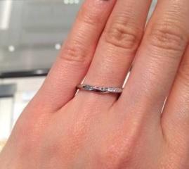 【俄(にわか)の口コミ】 結婚指輪が派手すぎず、シンプル過ぎないところが気に入りました。あと、少…