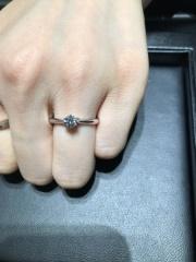 【ラザール ダイヤモンド(LAZARE DIAMOND)の口コミ】 一石が本当に綺麗に輝く指輪で、一目惚れでした。 サイドビューに埋め込ま…