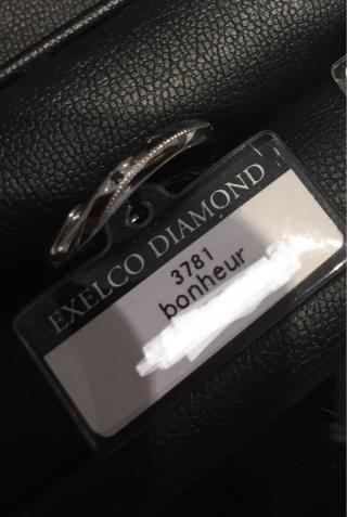 【エクセルコダイヤモンド(EXELCO DIAMOND)の口コミ】 こちらの男性用指輪は特徴的で、斜めのウェーブラインに手作業のミル打ちと…