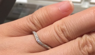 【アイプリモ(I-PRIMO)の口コミ】 地金はプラチナでV字タイプのハーフエタニティータイプの指輪です。割と最…