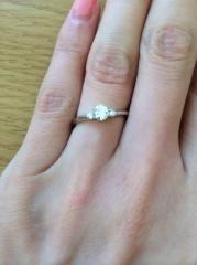 【銀座ダイヤモンドシライシの口コミ】 ダイヤの輝きで指が美しく見えるデザインだったからです。ダイヤも3つ付い…