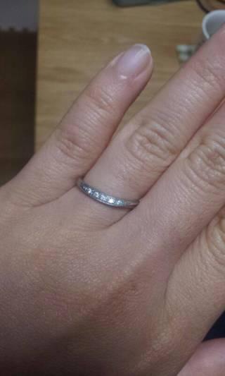 【ラザール ダイヤモンド(LAZARE DIAMOND)の口コミ】 自分のふっくらした指でもほっそり見えるように、右から左へ少し傾いている…
