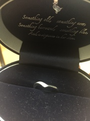 【Something Blue(サムシングブルー)の口コミ】 婚約指輪と一緒につけるのに合うものを探していました。この指輪はVの字に…