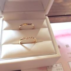 【Cafe Ring(カフェリング)の口コミ】 このリングの緩やかな曲線がエンゲージリングとぴったり重なって可愛かっ…
