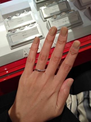 【AFFLUX(アフラックス)の口コミ】 流れるようなダイヤモンドのデザインが気に入りました。結婚指輪なので、ア…