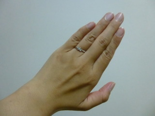 【4℃(ヨンドシー)の口コミ】 シンプルなデザインですが、小さなダイヤモンドが3つ付いているので可愛…