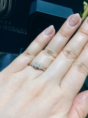 【銀座ダイヤモンドシライシの口コミ】 デザインとダイヤ大きさ&輝きに心惹かれました。 両サイドに3つずつ小さ…