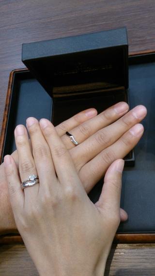 【アトリエミラネーゼの口コミ】 エンゲージリングはセミオーダー。 ハートダイヤの左右に、色違いのダイヤ…