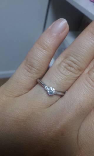 【ラザール ダイヤモンド(LAZARE DIAMOND)の口コミ】 一粒ダイヤではない指輪で、結婚指輪とセットで使用できるデザインのもの…