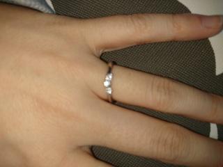 【銀座ダイヤモンドシライシの口コミ】 キラキラしている、値段も手頃が決め手でした。 ダイヤモンドは、埋め込み…