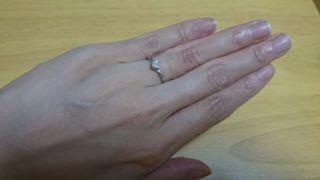 【俄(にわか)の口コミ】 繊細なデザインと、中央のダイヤモンドの輝きがとても美しい。ダイヤモン…