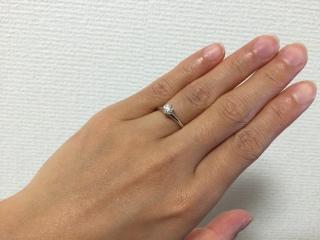 【ティファニー(Tiffany & Co.)の口コミ】 まさにエンゲージリングの王道といえるデザインで、ダイヤの位置が高く指も…