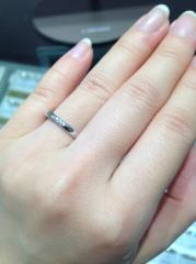 【アイプリモ(I-PRIMO)の口コミ】 ダイヤが真ん中に並んで入っており、シンプルだけど少しキラキラが欲しいと…