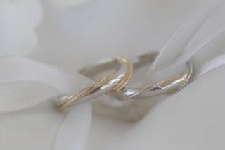 【アイプリモ(I-PRIMO)の口コミ】 デザインが、ウェーブのかかっているもの女性用指輪に、ゴールドば入ってい…