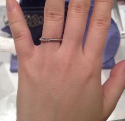 【銀座ダイヤモンドシライシの口コミ】 細身で、ダイヤモンドが少し入ったシンプルな指輪を探していました。こち…
