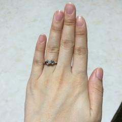 【カルティエ(Cartier)の口コミ】 ダイアモンドが真ん中に1つ、取り囲むように小さなものが4つで、合計5つ…