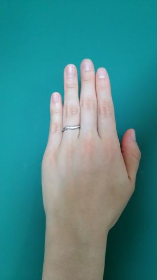 【ティファニー(Tiffany & Co.)の口コミ】 なるべく凹凸がなく細身でシンプルな点が決め手です。 ダイヤ9粒って多い…