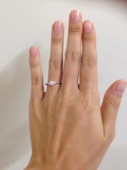 【ラザール ダイヤモンド(LAZARE DIAMOND)の口コミ】 本当は一粒ダイヤの大きめのリングが良かったのですが、存在感のある大きさ…