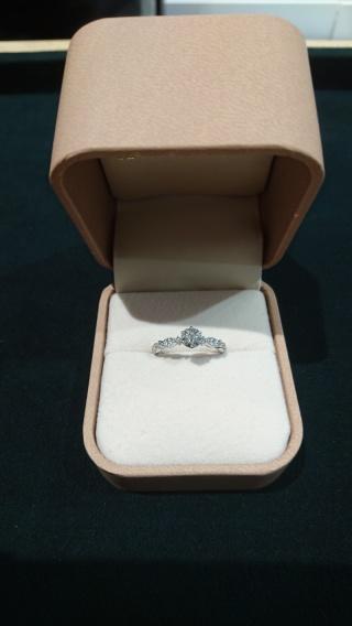 【AMOUR AMULET(アムール・アミュレット)の口コミ】 ダイヤモンドはほどよくなグレードにして大きさ重視で探していました。 こ…