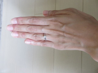 【ティファニー(Tiffany & Co.)の口コミ】 ラウンドブリリアンカットのダイヤモンドを六本の爪で支えるデザインで身…