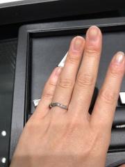 【ラザール ダイヤモンド(LAZARE DIAMOND)の口コミ】 小指に流れるカーブが珍しくて、斬新さの中に、こだわりと上品さがあって好…