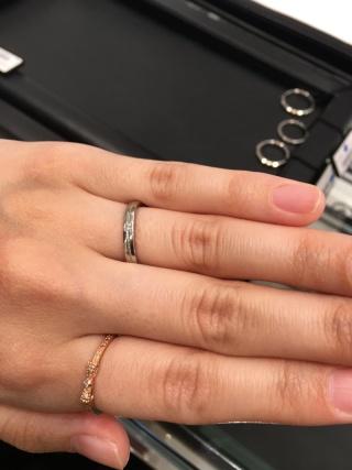 【ラザール ダイヤモンド(LAZARE DIAMOND)の口コミ】 指輪自体に厚みがあり、重厚感があって高級な感じがしました。つけ心地も…