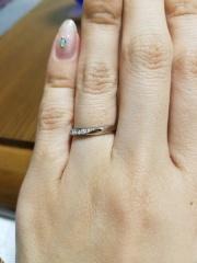【ROYAL ASSCHER(ロイヤル・アッシャー)の口コミ】 ロイヤルアッシャーの 他の指輪とは違う輝きに惹かれました! デザインも…