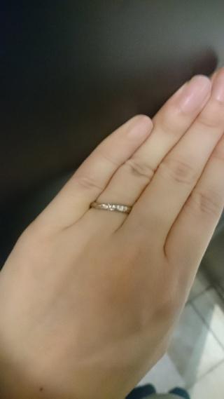 【銀座ダイヤモンドシライシの口コミ】 もともとシンプルなデザインを探していました。この指輪は、普段使いがで…