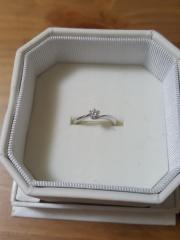 【4℃(ヨンドシー)の口コミ】 プロポーズの際、彼が4℃の腕時計をプレゼントしてくれて「婚約指輪は一緒…