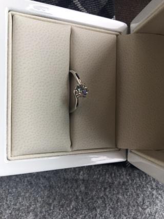 【Gem Castle YUKIZAKI(ジェムキャッスルユキザキ)の口コミ】 指が太いので、少しでも細く見えるよう曲線のある物を選びました。また指…