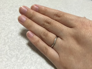 【Cafe Ring(カフェリング)の口コミ】 婚約指輪と重ねた時にペアに見えるデザインで、メンズ用の指輪のデザインが…