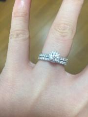 【銀座ダイヤモンドシライシの口コミ】 デザインに惹かれました。 色々調べる中で、婚約指輪はこのデザインが良い…