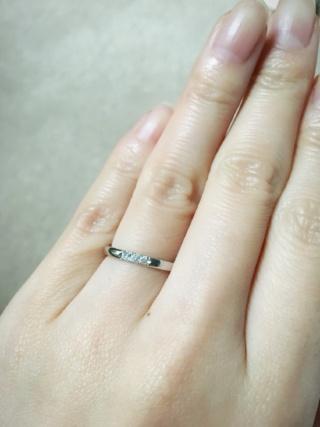 【MIKIMOTO(ミキモト)の口コミ】 3つダイヤ付きのもので探していました。表にダイヤが離れて付いているデザ…