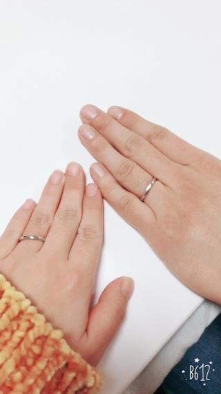 【4℃(ヨンドシー)の口コミ】 緩やかにV字ラインになっている指輪を探している時に一目惚れでした。女性…