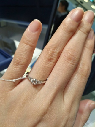 【銀座ダイヤモンドシライシの口コミ】 とても可愛いデザインで目を引きました。あとはせっかくの婚約指輪でダイ…