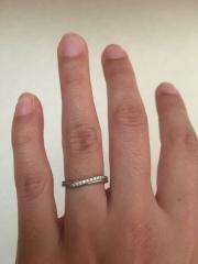 【銀座ダイヤモンドシライシの口コミ】 V字のデザインが指をほっそりと綺麗に見せてくれますし、小粒のダイヤモン…